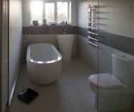 łazienka z wanną z hydromasażem